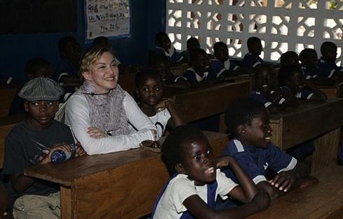 Мадонна на уроке в начальной школе Nkoko